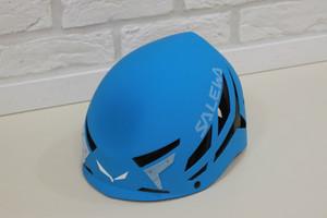 安全登山のためにヘルメットをかぶりましょう